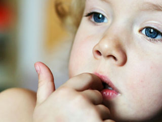 爪を噛む子供