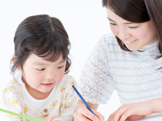 子供に字を教える親