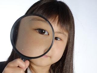 乳化剤の内部を調査する子供