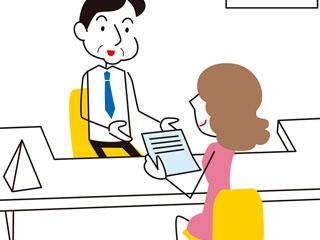 役所で書類を出す女性
