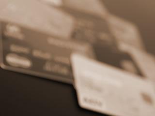 借金を連想するカードの山