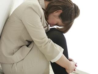 離婚後の不安で押しつぶされそうになる女性