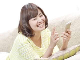 アプリで楽しく家計簿管理する女性