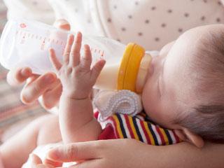 尾h乳瓶でミルクを飲む赤ちゃん