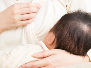 授乳するお母さん