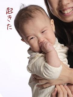 赤ちゃんを縦抱きにする母親