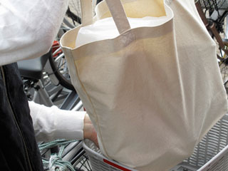 自転車に買物バッグを載せる