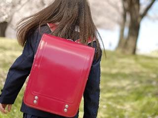 ランドセルを背負って登校する子供