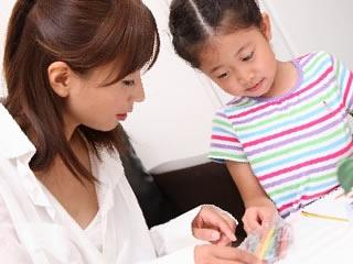 母親とお絵かきして遊ぶ女の子