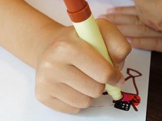 マジックでお絵かき中の幼稚園児