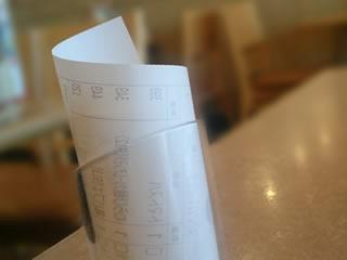 食事の代金が示されたテーブルにあるレシート