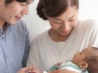 赤ちゃんと見詰め合う親