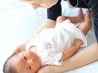 布団に寝かせられる赤ちゃん