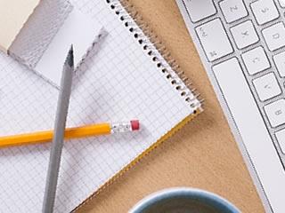 家計簿を記入するノートとパソコン