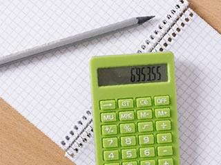 これから家計簿が書かれるノートと計算機