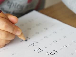 足し算の勉強をする計算が得意な子供
