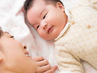母親の顔を見つめる赤ちゃん
