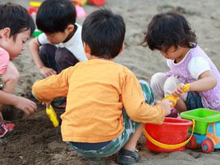 友達と砂場で遊ぶ子供達