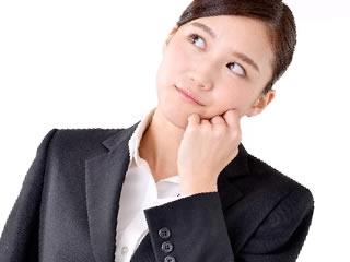 マイナンバーの取り扱いについて考える女性