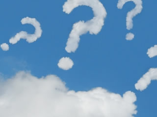 雲が形を成したたくさんの疑問符