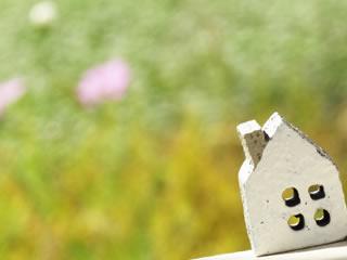 周囲を緑に囲まれるレトロな家