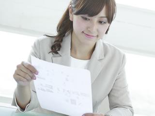 書類を仕分けする役所の女性