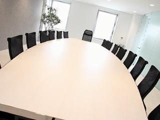 話し合いが行われる弁護士事務所の会議室