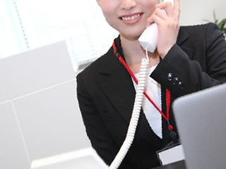 電話で依頼を受ける弁護士事務所の受付