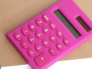 家計の支出管理に使うピンクの計算機