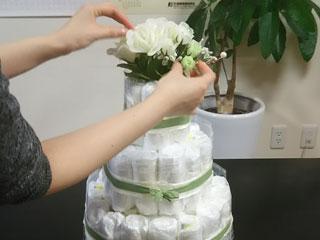 ケーキの上に飾りを載せる