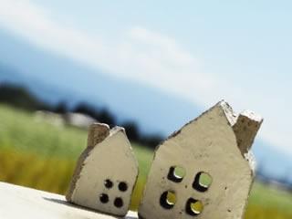 青空と草原に隣り合う家