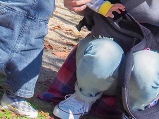 子供と外の公園で遊ぶ母親