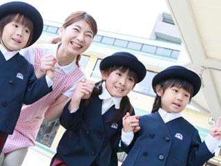 幼稚園で手を繋ぐ園児達
