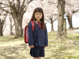 紺のジャケットを着た小学生