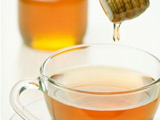お茶に蜂蜜を入れる