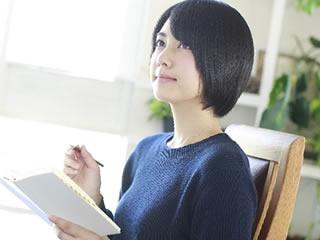 仕事復帰するために資格の勉強をする女性