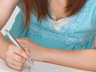 離婚届け不受理申請の手続きの仕方をメモする女性