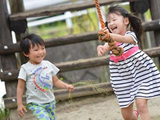 運動設備で遊ぶ子供