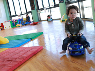 児童館内で遊ぶ男子
