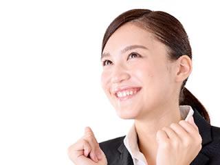 ナンバーカードを作るメリットを聞いて喜ぶ女性