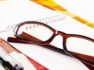 家計簿を付ける時に活用するメガネとボールペン