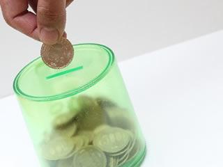 小銭貯金をするために節約する人