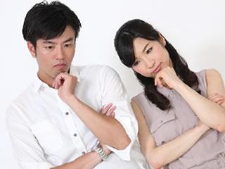 生活費の分担について悩む共働きの夫婦