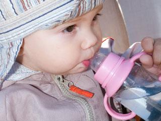 マグで水を飲む赤ちゃん