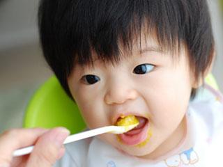 離乳食を口に入れる赤ちゃん