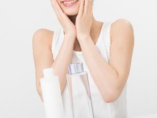 オリジナルの化粧水で肌ケアする女性