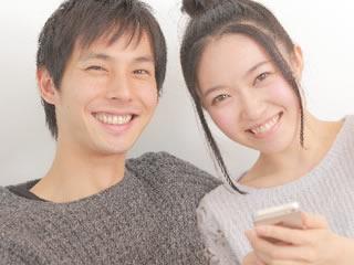 スマホの家計簿アプリで生活費を計算する夫婦