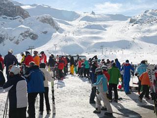 ゲレンデに集まるスキーヤー