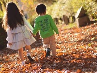 弟と二人で歩くしっかりしたお姉ちゃん