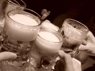 ビールで乾杯する独身の友人たち